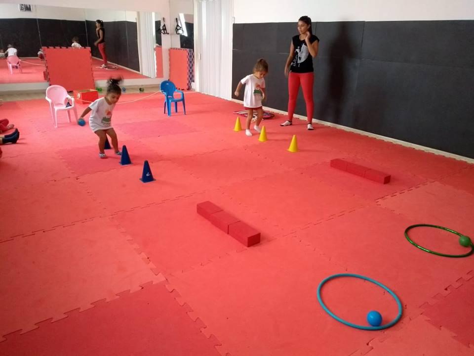 🤸♀Nas aulas de educação física, a professora Thais realiza as atividades de acordo com cada faixa etária. Os objetivos em desenvolvê-las abrangem melhoras no desenvolvimento motor, na flexibilidade, no crescimento, no sistema circulatório e até na socialização. As crianças se desenvolvem brincando!!!🤸♀incando!!!🤸♀