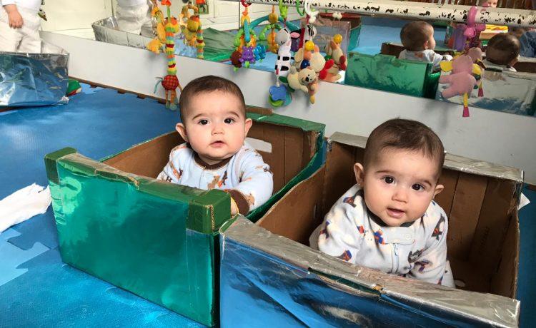 A brincadeira com caixas e histórias infantis são ótimas opções!
