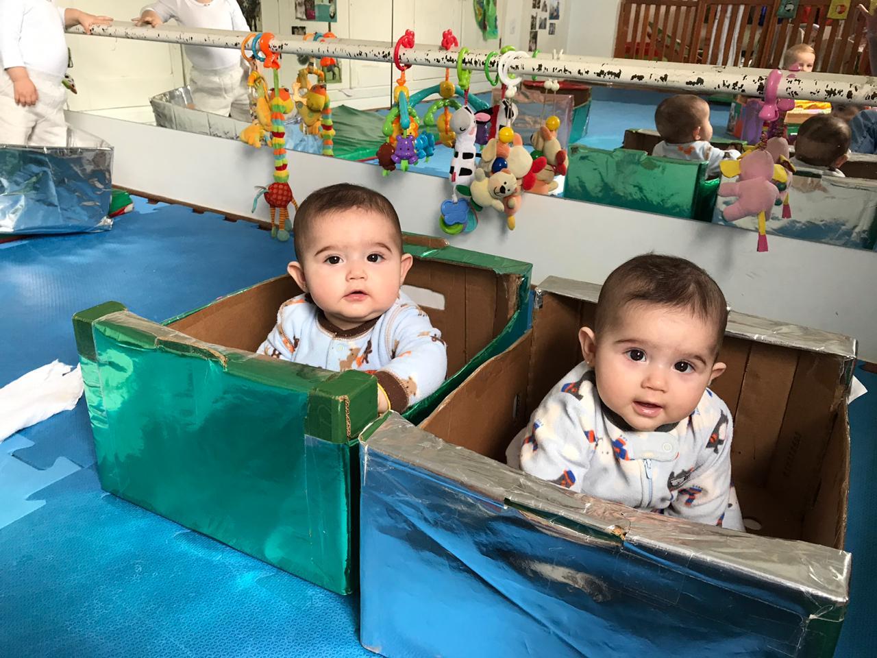 No berçário procuramos estimular o desenvolvimento integral do bebê, incentivando a curiosidade, o descobrir, inventar, tocar etc. A brincadeira com caixas e histórias infantis são ótimas opções! 👏🏼