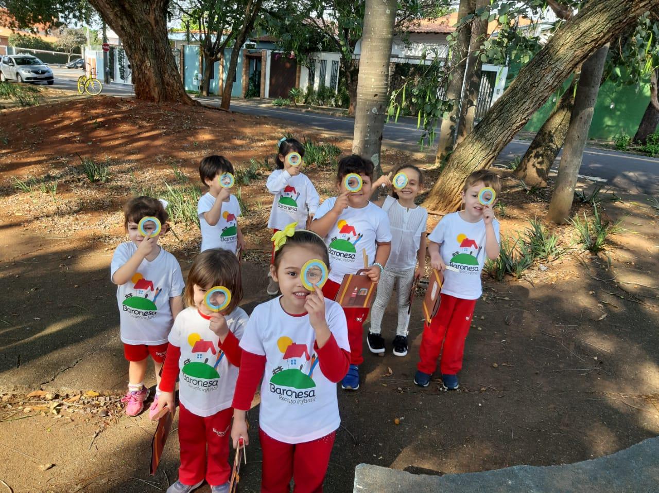 Passeio de investigadores da natureza! 🔍 O Infantil I fez um passeio pela praça para colher elementos da natureza e admirá-la!