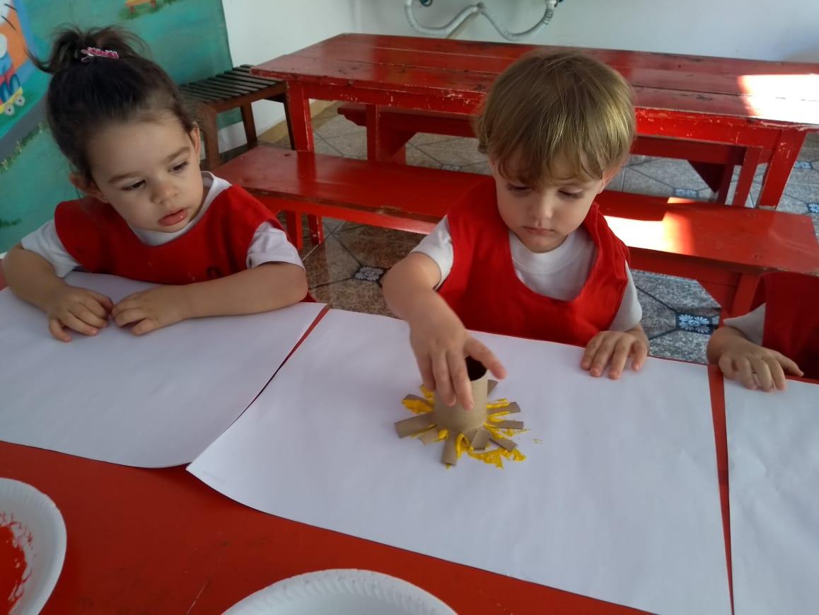 O Maternal I trabalho as cores fazendo flores com material reciclável. Aprendendo novos conceitos de forma lúdica e sustentável 👏🏼