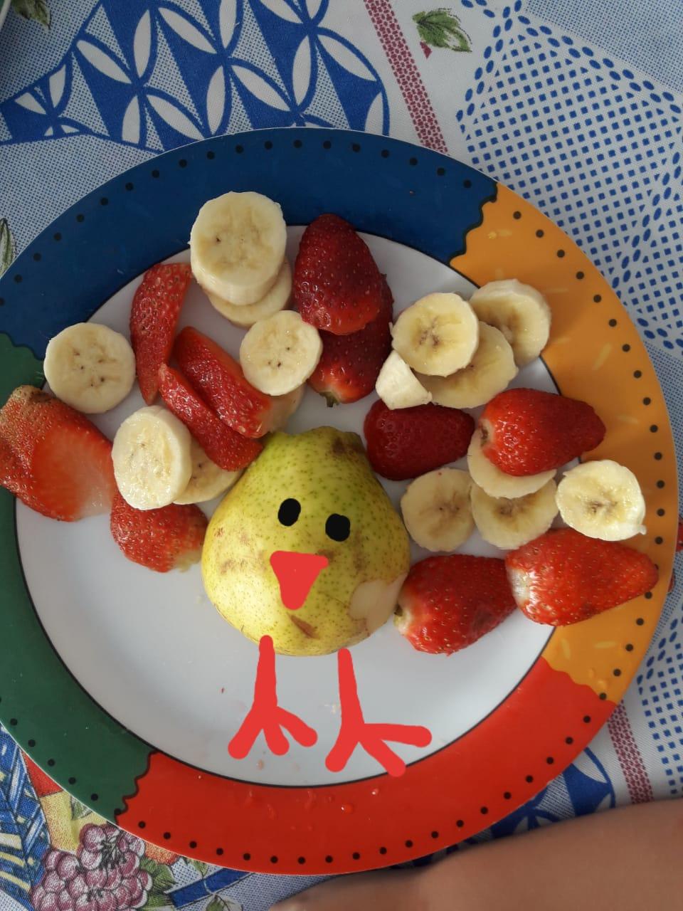 As aulas de inglês desta semana foram sobre fruits e animals. Arte com fruta = aprendizagem significativa 🍌🍓🍊 vejam que divertido!