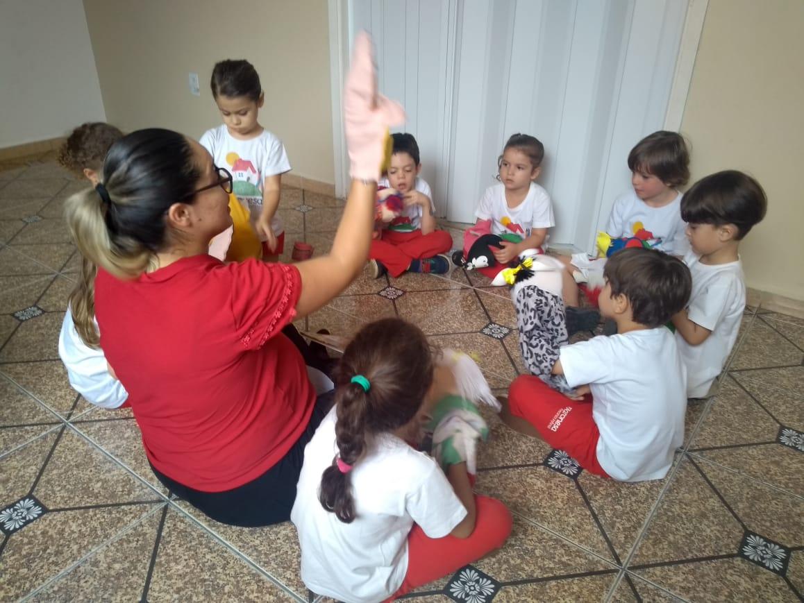 """As crianças do Infantil II comemoraram o por meio do """"faz de conta"""", com a dramatização da história adaptada """"A Professora Encantadora"""", de Márcio Vassallo. 😊"""