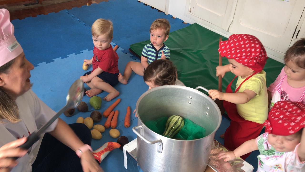 🥕🥒🍅Desde o Berçário introduzimos a alimentação saudável por meio de brincadeiras ou músicas, e o bebês adoram! 🍅🥒🥕