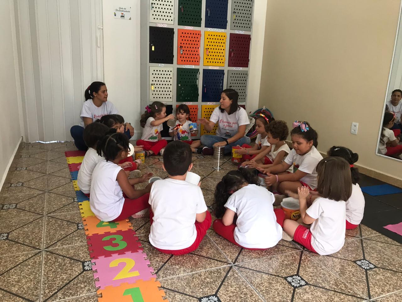 """🧩Na sala de psicomotricidade, as crianças do Infantil 1 inauguraram nosso """"Armário dos Tesouros"""". Elas criaram e construíram diversas brincadeiras com o material estruturado enviado pelas famílias.🧩"""