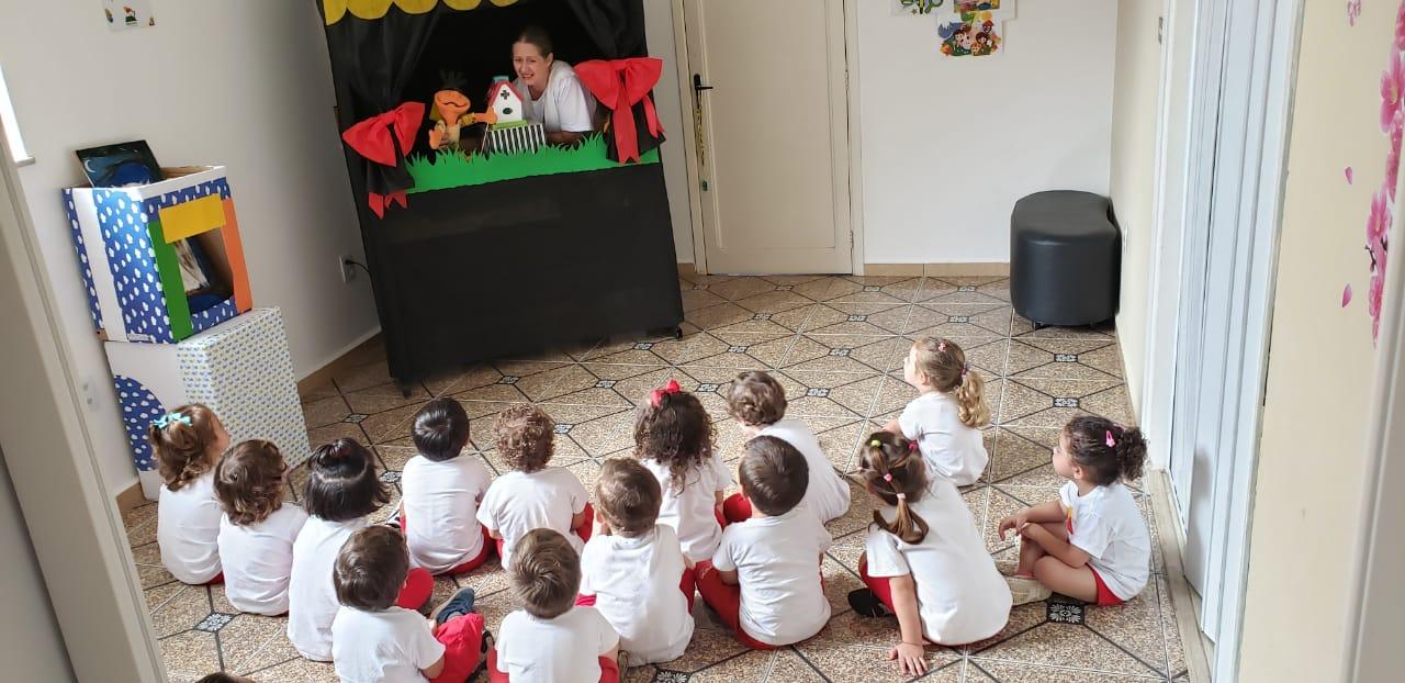 O Maternal 2 participou de um momento mágico na Hora do Conto com fantoches. 😍  .