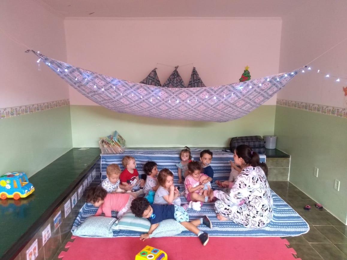 """O """"dia do pijama"""" encerrou nosso projeto """"brinquedos e brincadeiras"""", um lugar aconchegante, todos com pijama, histórias, músicas e muito mais! Brincamos e nos divertimos muito, até o soninho chegar…"""