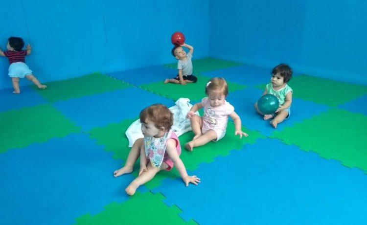 Estimulação no Berçário com brincadeiras e brinquedos para desenvolver a socialização.